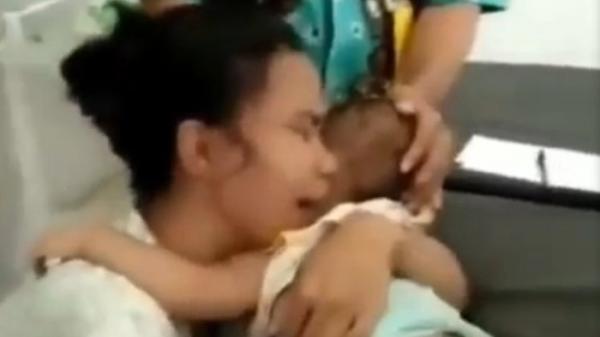 Cậu bé ch.ết thảm khi nghịch dây sạc cắm trong ổ điện, bà mẹ trẻ hối hận gào khóc thê lương