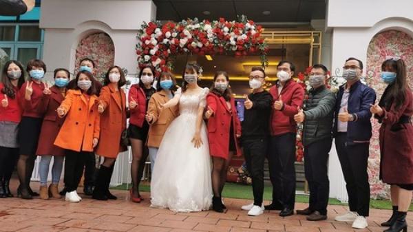 Cô dâu chú rể và cả khách mời đeo khẩu trang kín mít trong ngày cưới