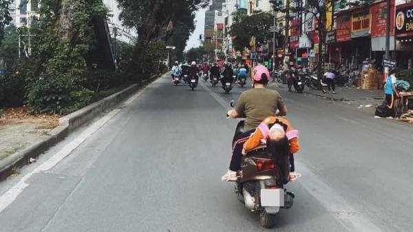 """Thót tim hình ảnh bé gái ngủ gục, nằm hẳn ra yên xe máy ngay trên phố: """"Nguy hiểm quá!"""""""
