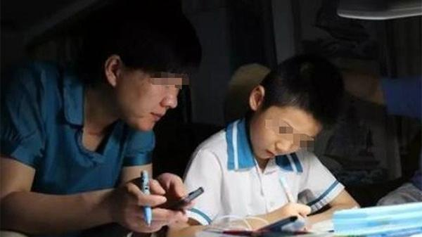 Thấy con làm bài tập 12h đêm chưa xong, ông bố đi gặp cô giáo chất vấn thì ngẩn người