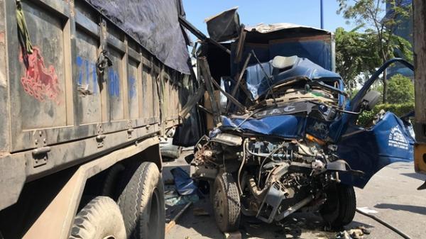 5 ô tô tông nhau, tài xế đi cấp cứu, phụ xe tử vong trong cabin