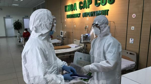 Các chuyên gia y tế giỏi nhất hội chẩn hàng ngày điều trị 3 ca mắc COVID-19 diễn biến nặng
