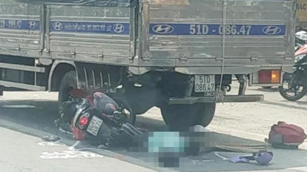 Tô.ng vào đuôi xe tải đang đỗ bên đường một người ch.ết thảm thương
