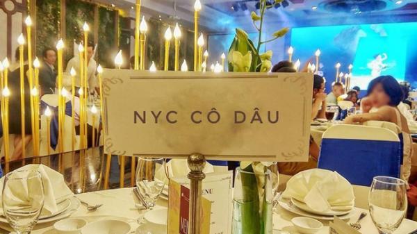 """Đến dự đám cưới, quan khách ngỡ ngàng phát hiện tấm biển """"lạ"""" được đặt giữa bàn tiệc liên quan đến cô dâu"""