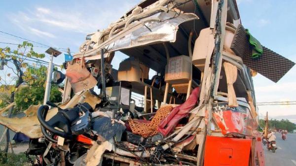 Hành khách la hét khi xe khách Phương Trang tông ôtô giường nằm