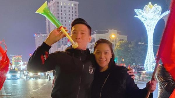 """Vợ chồng Tiến Dũng - Khánh Linh cũng lao ra đường đi bão mừng Việt Nam vô địch, fan chỉ thắc mắc: """"Ai ở nhà trông con?"""""""