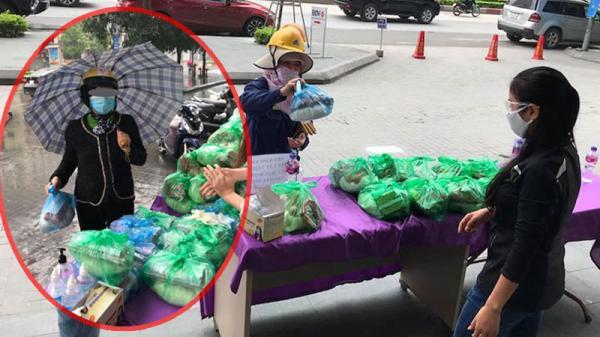 Thật như đùa: Người phụ nữ đi SH, tay đeo nhẫn vàng đủng đỉnh lấy đồ từ thiện, người dân lắc đầu ngán ngẩm