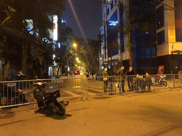 Lực lượng chức năng lập hàng rào chốt chặn ở phố Trúc Bạch. (Nguồn: Facebook).