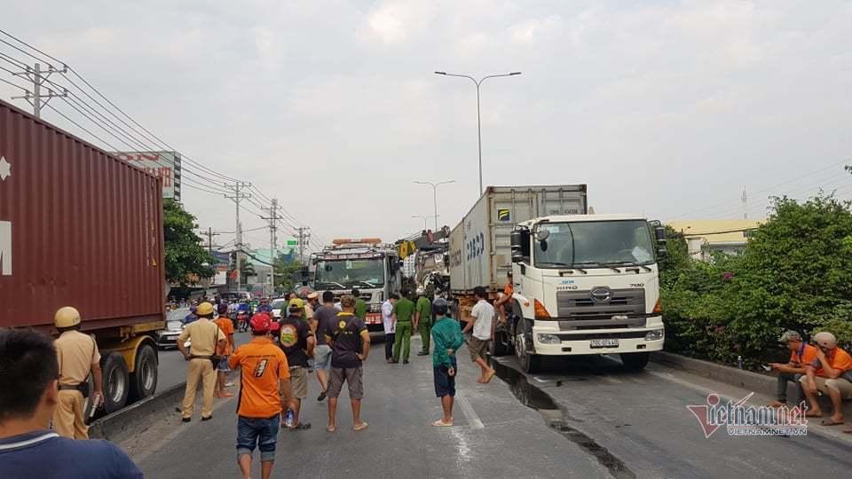 Lực lượng chức năng tổ chức giải cứu các nạn nhân mắc kẹt ra ngoài