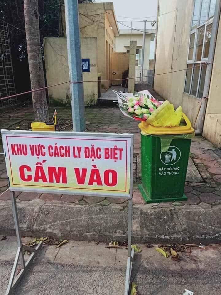 Nam thanh niên ném bó hoa vào thùng rác sau khi rời khỏi khu cách ly - Ảnh: FB