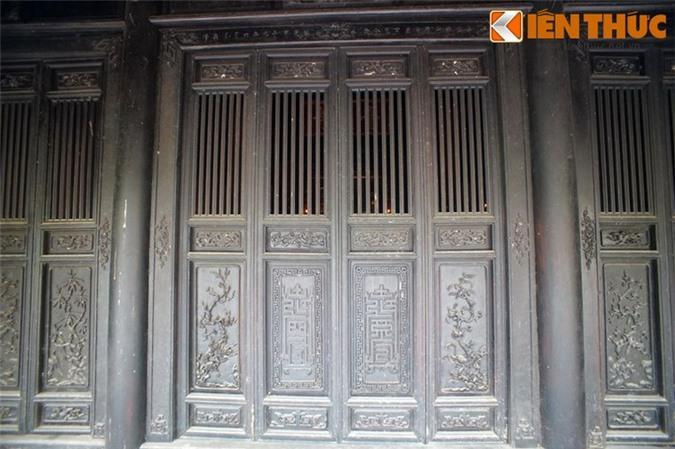 Bộ cửa gỗ của chính điện được chạm khắc tinh xảo.