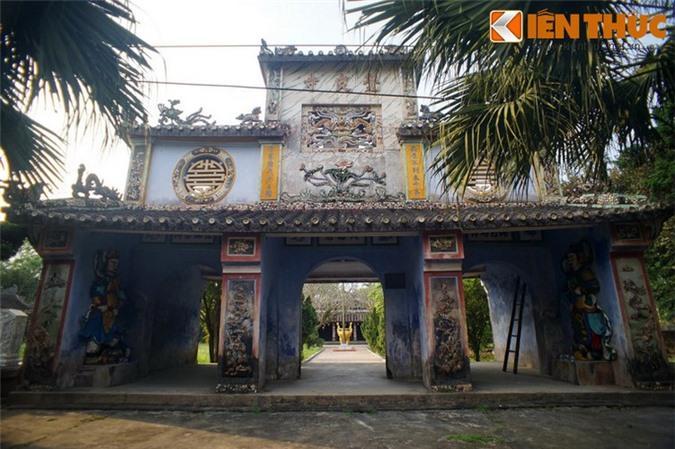 Chùa nằm trong khuôn viên rộng 4.360m², đã được trùng tu vào các năm 1806, 1924, 1969, 1987. Tam quan chùa có kiến trúc đồ sộ, gồm hai tầng.