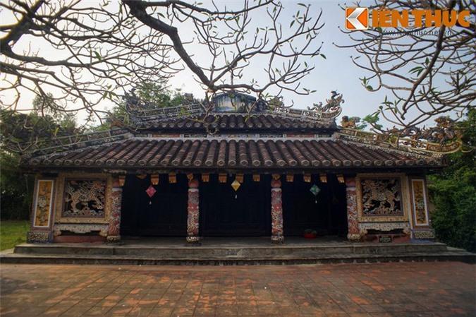 Chính điện của chùa có hai gian bốn chái. Hai chái sau khá rộng, là nơi lưu giữ nhiều sắc phong và các tài liệu thư tịch cổ, hai chái trước đặt giá treo chuông đồng và trống theo nguyên tắc