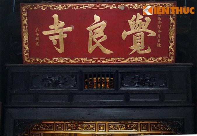 Nội thất chùa, từ bộ khung đến hệ thống liên ba, cửa bảng khoa đều trang trí, chạm nổi hình bát bửu, tứ linh, tứ thời, và các kiểu hoa văn tinh xảo.