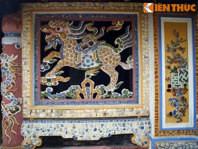 Một nét nghệ thuật đặc sắc của chùa Giác Lương là các mảng trang trí bằng mảnh sành sứ rất sinh động.