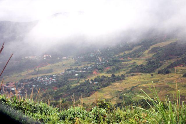 Xã Măng Ri hiện mờ ảo sau lớp sương mù trên dãy núi Ngọc Linh