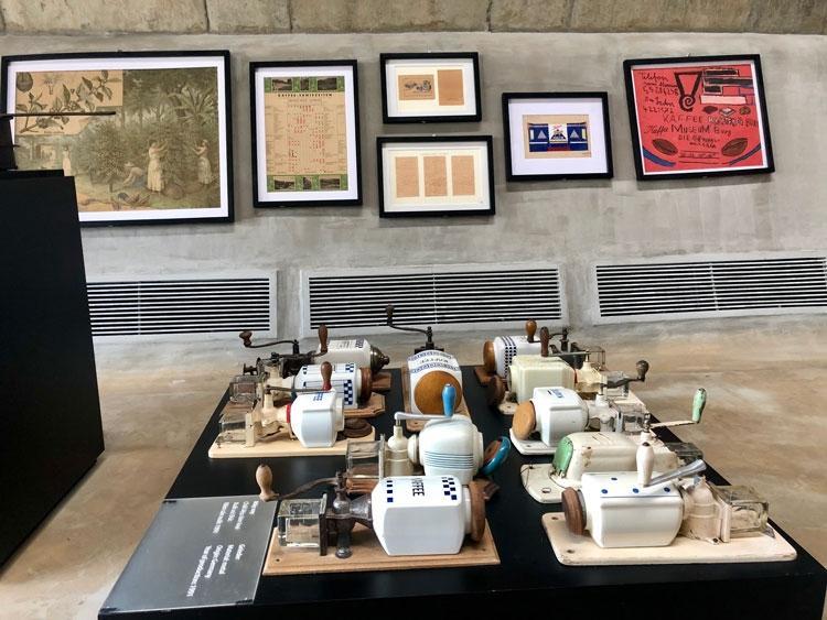 Điểm nhấn xuyên suốt là hơn 10.000 hiện vật về lịch sử phát triển của cà phê thế giới được mang về từ bảo tàng Jens Burg (Đức)