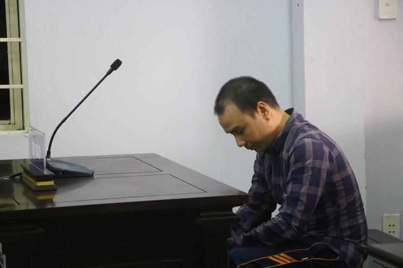 Bị cáo Trần Đình Trung chỉ g.ục mặt nhìn xuống. Ảnh: LÊ ÁNH