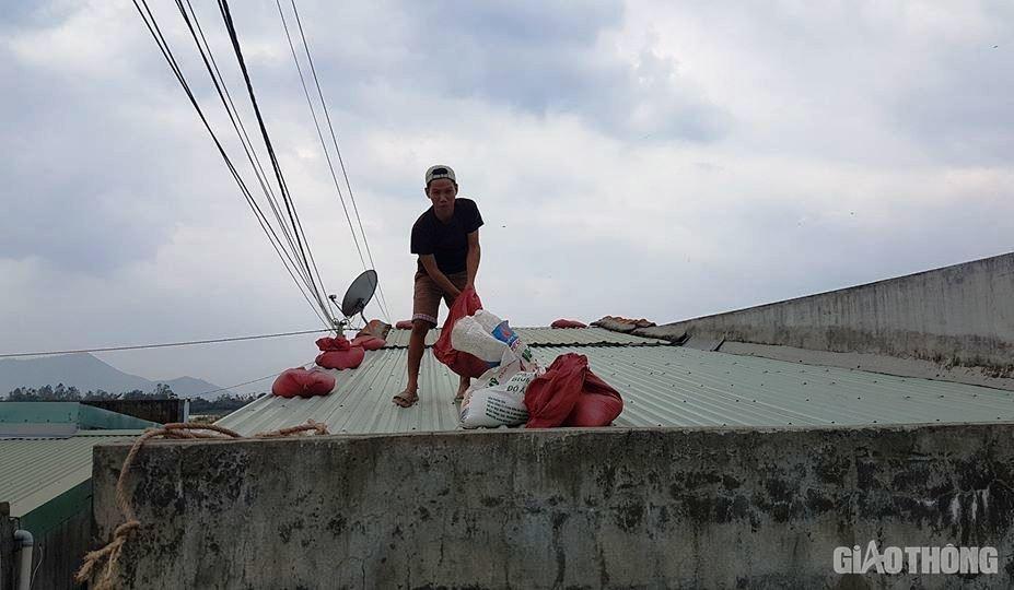 Người dân Bình Định chằng chống nhà cửa trước thông tin bão só 6 đổ bộ vào địa phương này