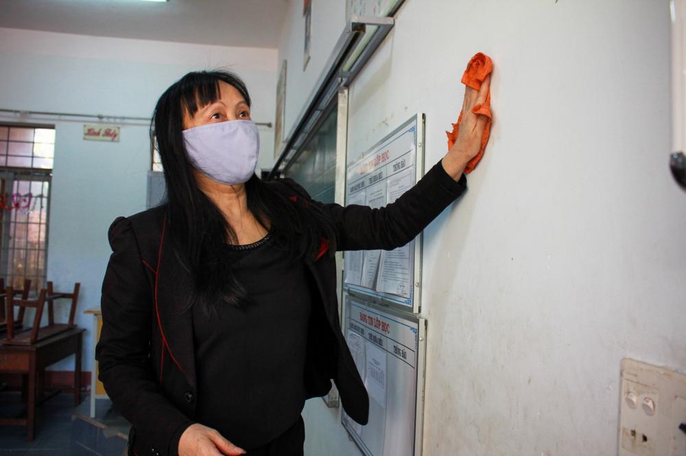 Giáo viên, nhân viên các trường học tại Đắk Lắk gấp rút vệ sinh phòng học bằng dung dịch xà phòng và cồn sát khuẩn.