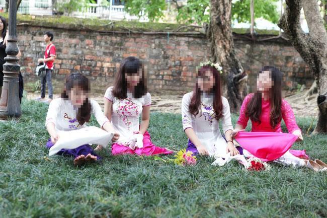 Nhóm nữ sinh từng nhận không ít gạch đá khi chụp ảnh kỉ yếu tại Văn Miếu cố ý ngồi lên cỏ dù đã có biển cấm.