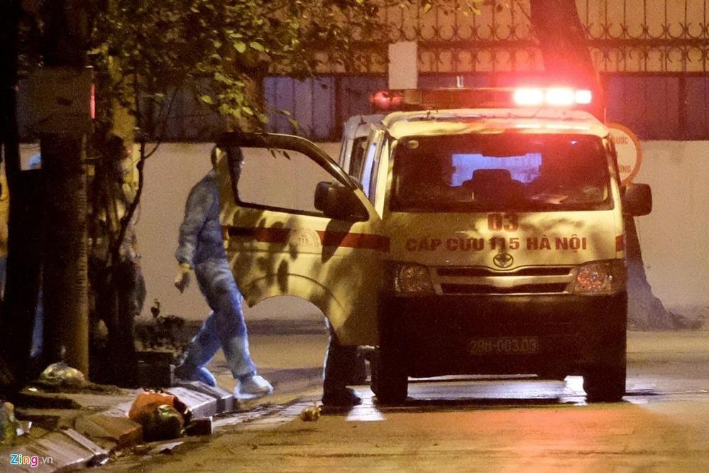 Xe cấp cứu được đưa tới khu vực phố Trúc Bạch trong tối 6/3 (Ảnh: Zing)