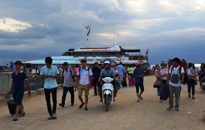 Người dân và du khách tham quan Lý Sơn trước khi bị tạm dừng
