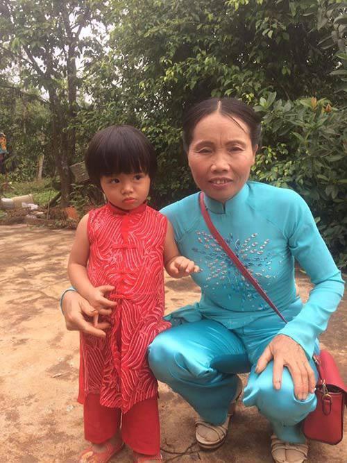 Phượng xuống Sài Gòn làm việc, còn con gái gửi lại cho bố mẹ chăm sóc