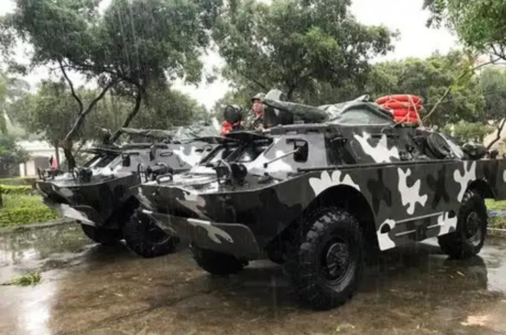Xe bọc thép BRDM - 2 được điều động đến Bình Định sáng 10/11. Ảnh: Hữu Khoa