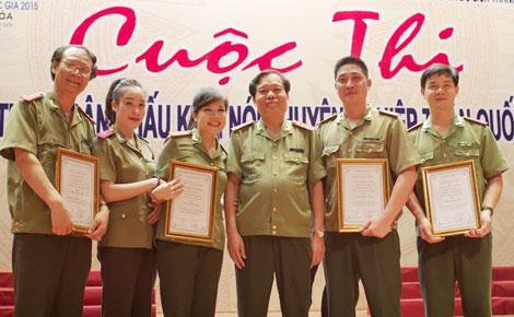 Diễn viên Nguyễn Hải (ngoài cùng bên trái) chụp ảnh cùng các thành viên Đoàn kịch nói Công an nhân dân.
