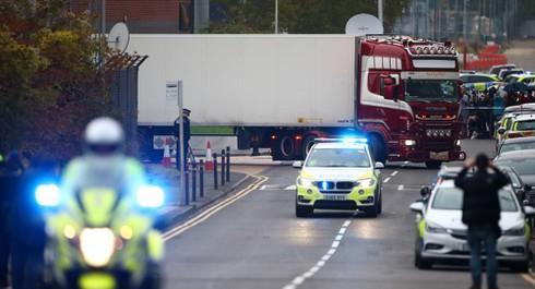 Cảnh sát Anh di dời chiếc xe tải chở 39 thi thể ở hạt Essex hôm 23/10. (Ảnh: Reuters)