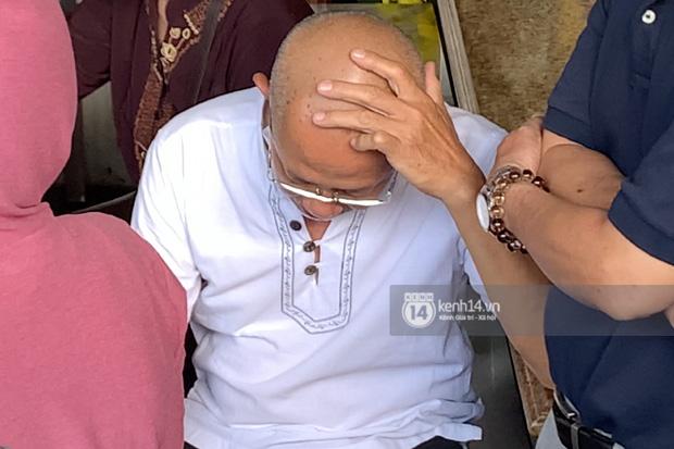 Bố của cố diễn viên ngồi một góc, nghẹn ngào không nói lên lời